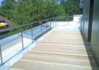 Rozsdamentes acélkorlát és teraszburkolat trópusi fából - München